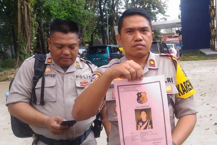 Kabagops Polresta Palembang Kompol Maruly Pardede menunjukkan salah satu foto tersangka tahanan yang kabur usa menjebol atap polsek Ilir Barat II.
