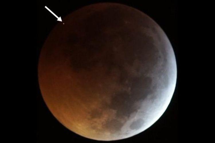 Sebuah meteorit menghantam bulan selama gerhana bulan total pada Januari 2019, terlihat di sini sebagai kilatan terang.
