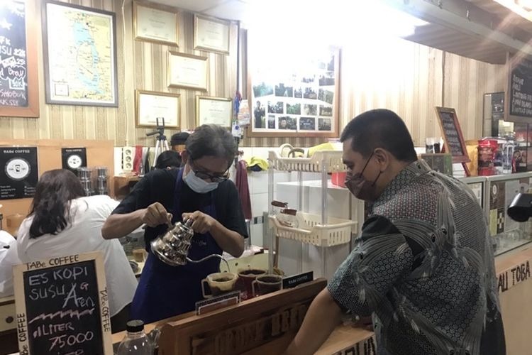 Kepala Satuan Tugas Pembelajaran Antikorupsi KPK, Hotman Tambunan membuatkan kopi untuk mantan Ketua Wadah Pegawai KPK Yudi Purnomo Harahap di  TABee Coffee yang terletak di lantai basement blok J 077, Kuliner Toba, Blok M Square, Jakarta Selatan, Kamis (14/10/2021).