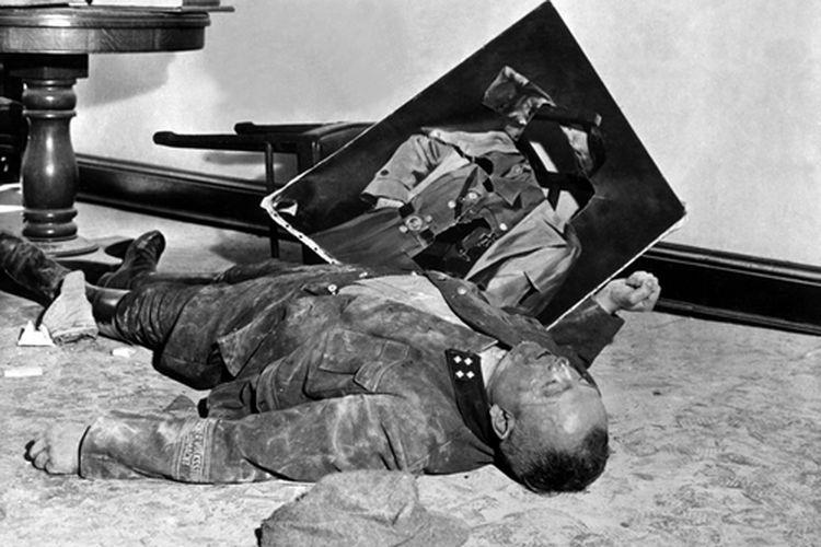 Ilustrasi kematian Hitler, sebagai tanda kemunduran Jerman pada Perang Dunia II