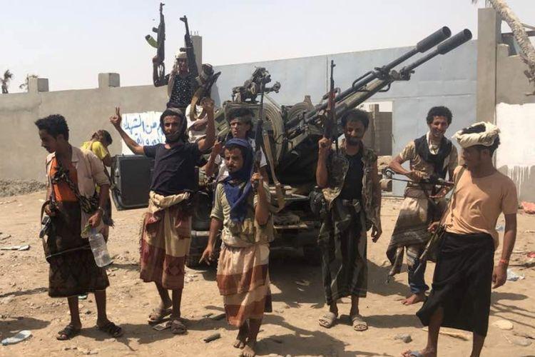 Pasukan pro pemerintah Yaman yang didukung koalisi pimpinan Arab Saudi berkumpul di sela pertempuran melawan pemberontak Houthi di bandara Hodeidah, Senin (18/6/2018).