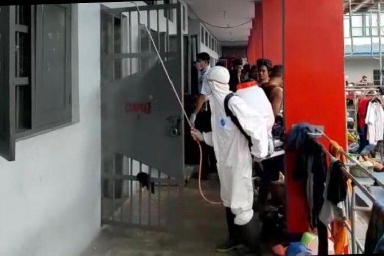 Cegah Covid -19 Rutan Klas II Palu disemprot Desinfektan, ratusan narapidana dikumpulkan di halaman depan sel tahanan, Senin (23/3/2020)