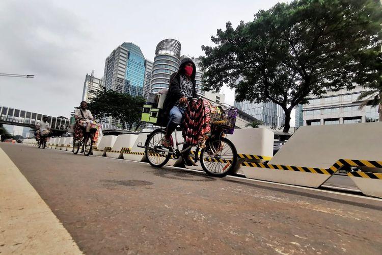 Pembatas beton bagi jalur sepeda dibangun di Jalan Sudirman-Thamrin