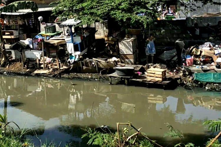 Kali Maja, Jalan Jambu Air, Pegadungan, Kalideres, Jakarta Barat dijadikan tempat mencuci warga. Foto diambil pada Rabu (8/11/2017).