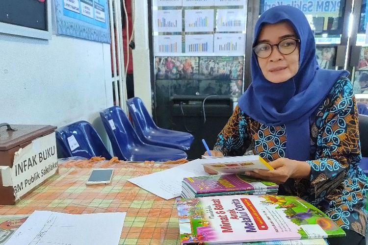 Ifin Katini (48) relawan di Sekolah Terminal Sakila Kerti yang melayani pendidikan gratis bagi warga di lingkungan Terminal Bus Kota Tegal, Rabu (21/4/2021)