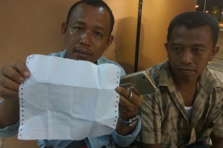 Asrul, salah satu calon penumpang menunjukkan tiket yang sudah dijadwal ulang saat ditemui di Bandara Internasional Supadio Pontianak (12/11/2017).