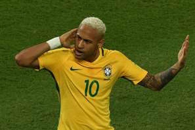 Penyerang Brasil, Neymar, melakukan selebrasi setelah membobol gawang Bolivia dalam laga kualifikasi Piala Dunia di Arena das Dunas, Natal, Brasil, Jumat (7/10/2016) pagi WIB.