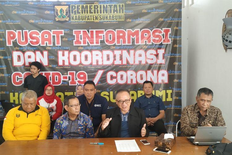 Ketua Harian Satgas Pusat Informasi dan Koordinasi Covid-19 Kabupaten Sukabumi, Iyos Somantri (dua kanan) dalam konferensi pers di Sukabumi, Jawa Barat, Sabtu (21/3/2020)