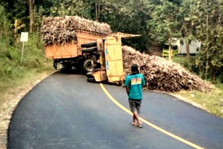 Truk gandeng dengan muatan tebu terguling di jalur perbukitan Kabupaten Blitar, Jumat (10/6/2021)