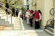 Para Orangtua Menangis Saat Jemput Anaknya yang Ditangkap di Polda Metro Jaya