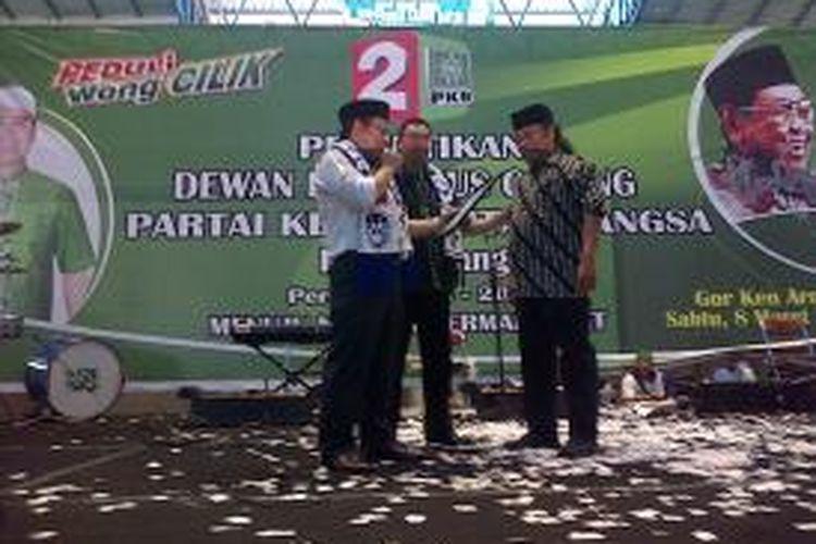 Mantan dirijen Aremania Yosep Ananda atau Yosef El Kefed, saat menerima KTA PKB dari Muhaimin Iskandar saat pelantikan Pengurus Cabang PKB Kota Malang, yang digelar di GOR Ken Arok, Kota Malang, Jawa Timur, Sabtu (8/3/2014).