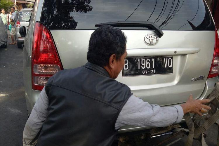 Seorang PNS dari Kementerian Perhubungan marah-marah karena mobil yang dikendarainya diderek petugas Suku Dinas Perhubungan Jakarta Pusat. Mobil tersebut diderek karena parkir liar di atas trotoar di daerah Kwitang, Jakarta Pusat, Selasa (29/8/2017)