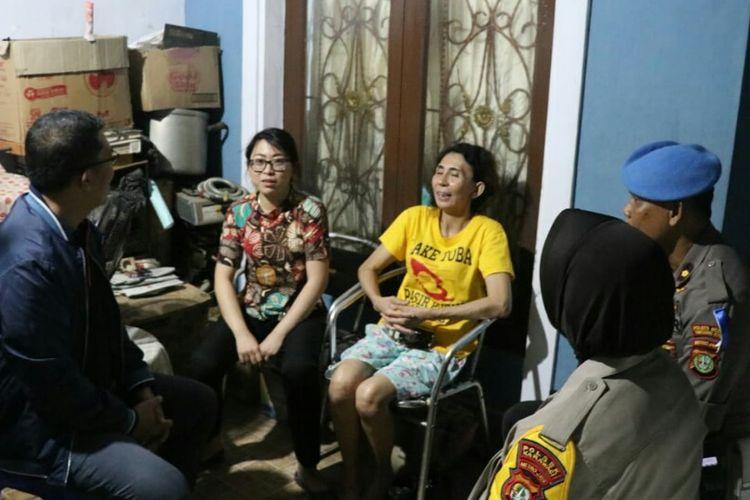 Kapolres Metro Tangerang Kota Kombes Abdul Karim mendatangi rumah Sen Lin, yang menjadi korban todong pistol oleh anggotanya di Duta Asri Jatiuwung 3, Kota Tangerang. (DOKUMENTASI HUMAS POLRES KOTA TANGERANG)