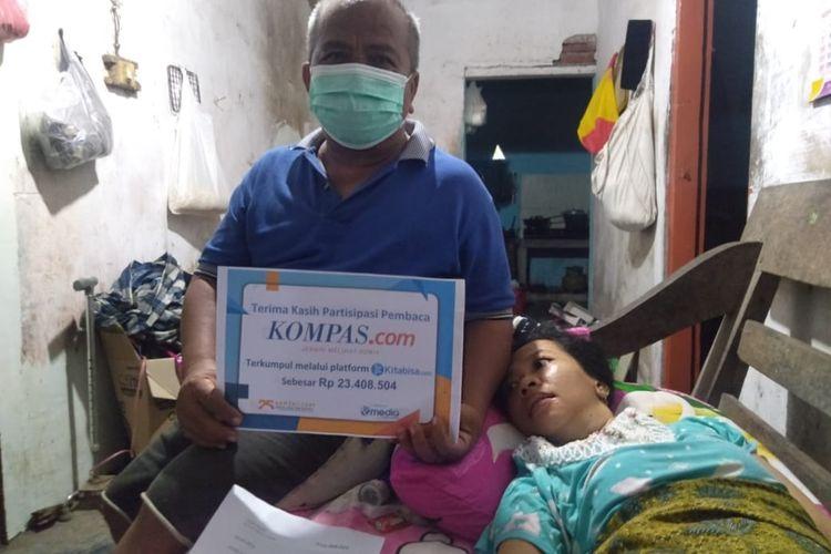 Koestomo dan anaknya, Dwi Ayu Prasetya, saat menerima donasi dari pembaca Kompas.com, di rumahnya, Senin (23/11/2020) petang.
