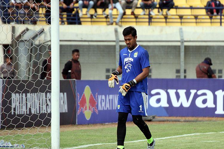 Kiper Persib Bandung, M Natshir, saat melakukan pemanasan sebelum laga leg kedua delapan besar Piala Indonesia, di Stadion Si Jalak Harupat, Kabupaten Bandung, beberapa waktu lalu. (KOMPAS.com/SEPTIAN NUGRAHA)