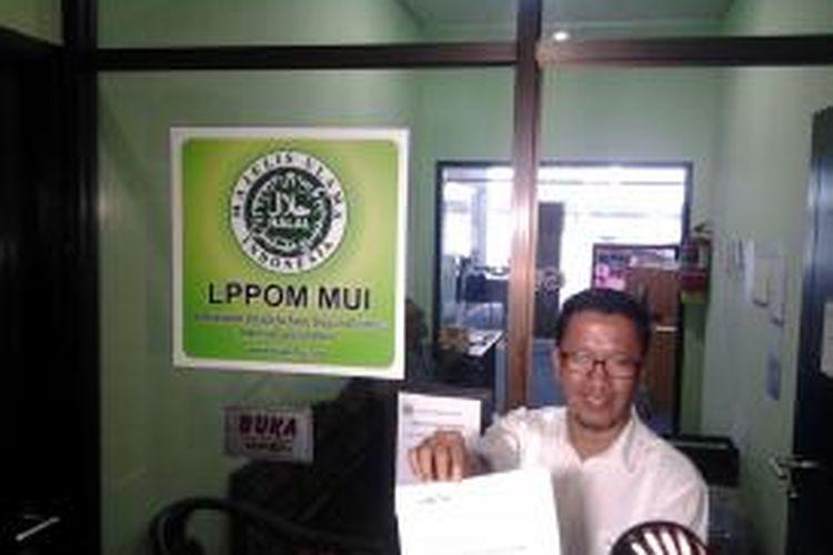 Ketua Umum Himpunan Peternaj Unggas Lokal Indonesia (Himpuli) Ade M. Zulkarnain menunjukkan surat laporan yang akan diserahkan ke Majelis Ulama Indonesia (MUI) di Jakarta, Senin (12/5/2014).