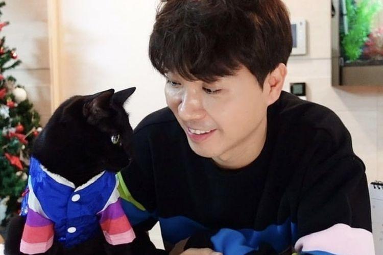 Komedian Park Soo Hang bersama kucingnya, Da Hong's