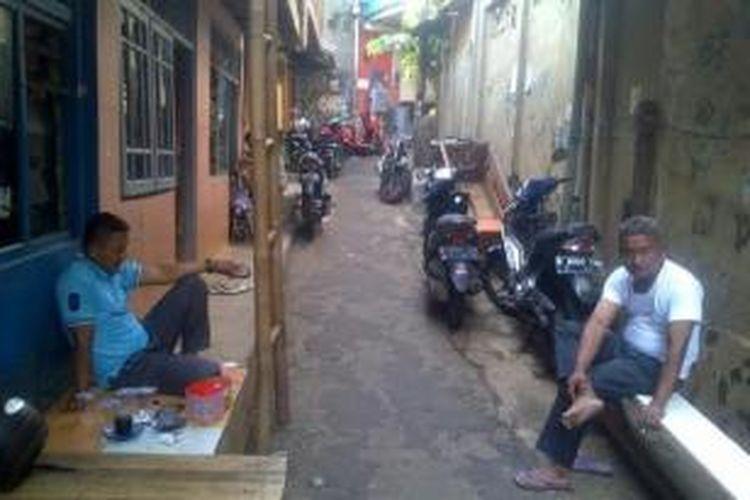 Warga Kampung Pulo, Kampungmelayu, Jatinegara, saat Lebaran hari kedua, Selasa (29/7/2014) siang.