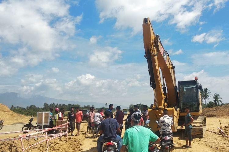 warga di Kecamatan Cot Gle, Aceh Besar melakukan aksi demonstrasi menghentikan aktivitas angkutan truk dan alat berat pada proyek pembangunan tol Aceh, Rabu (19/06/2019).
