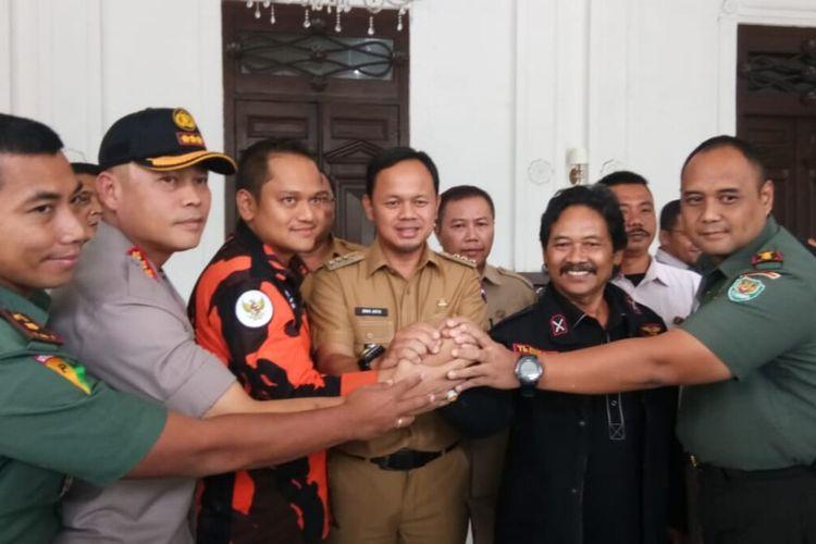 Dua ormas yang terlibat bentrok, yakni Pemuda Pancasila dengan Badan Pembinaan Potensi Keluarga Besar Banten (BPPKB) sepakat berdamai. Pertemuan itu dilaksanakan di Kantor Balai Kota Bogor dan disaksikan Wali Kota Bogor Bima Arya Sugiarto, Selasa (21/1/2020).