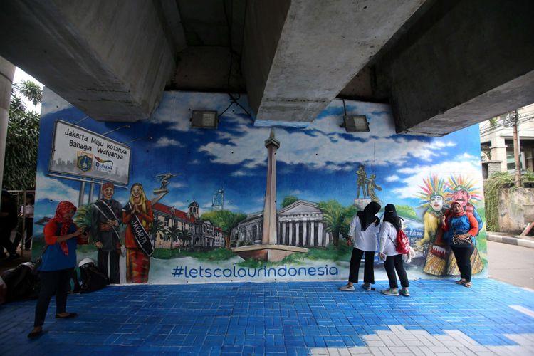 Salah satu mural di kolong Jalan Layang Non Tol Antasari, Jakarta Selatan, Sabtu (10/3/2018). Tak kurang  dari 63 tiang dilukis melibatkan siswa-siswi dari berbagai sekolah menengah atas dan sekolah menengah kejuruan di Jakarta.