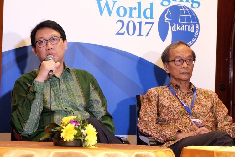 Deputi Bidang Koordinasi Kedaulatan Maritim, Kementerian Koordinator Bidang Maritim Arif Havas Oegroseno (kiri) Saat Memberikan Keterangan Pers Dalam Jakarta Geopolitical Forum di Jakarta, Sabtu (20/5/2017).