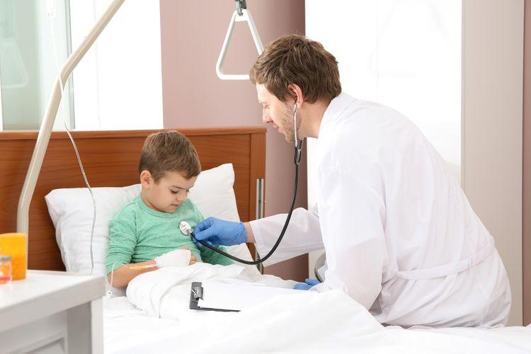 Ilustrasi dokter memeriksa kesehatan jantung anak. Covid-19 bisa menyebabkan kerusakan jantung pada anak-anak dengan sindrom inflamasi multisistem (MIS-C), menyebabkan peradangan pada banyak organ.