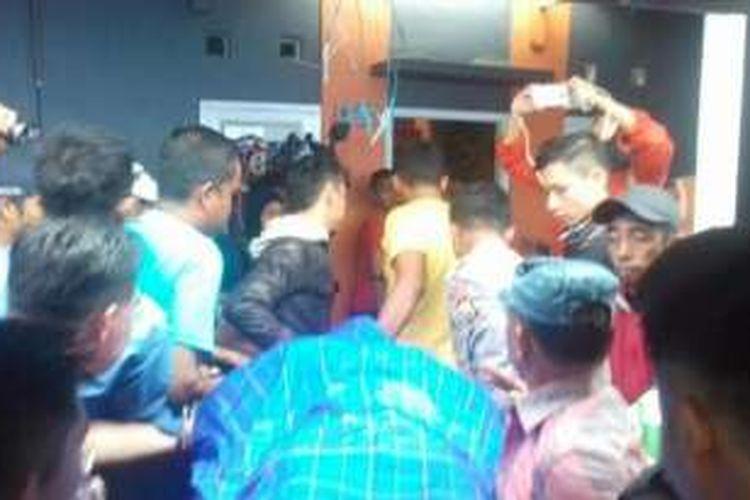 Jenazah Bripda Michael Abraham Rieuwpassa akhirnya tiba di rumah duka, Perumahan Villa Mutiara, Kelurahan Bulurokeng, Kecamatan Biringkanaya Makassar, Sulawesi Selatan, Minggu (7/8/2016) sekitar pukul 11.30 Wita.