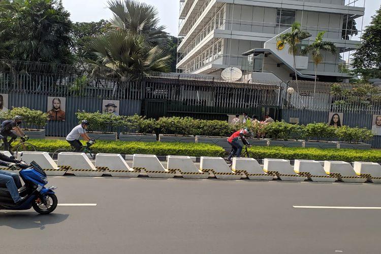 Pengendara sepeda patuh melaju di jalur khusus sepeda dk kawasan Thamrin- Sudirman, Kamis (3/6/2021)