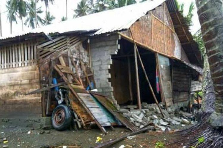 Gelombang tinggi selama 2 pekan yang mengnantam pantai Biau menyebabkan kerusakan rumah warga. Sebuah rumah milik nelayan mengalami rusak parah