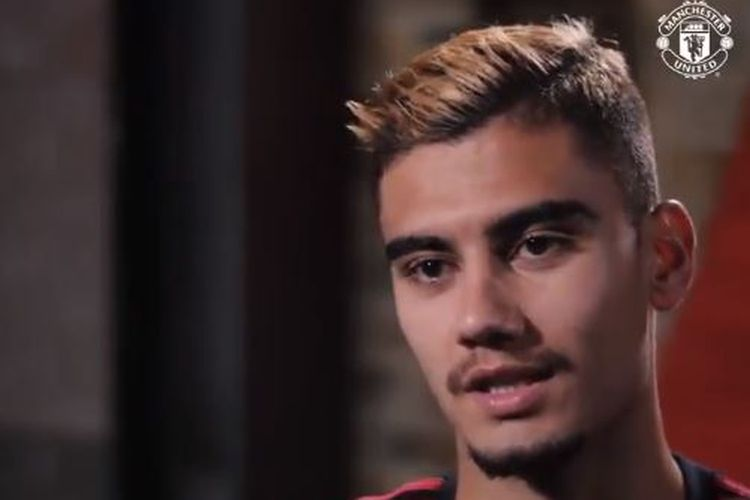 Gelandang Manchester United, Andreas Pereira, saat berbincang kepada MUTV.