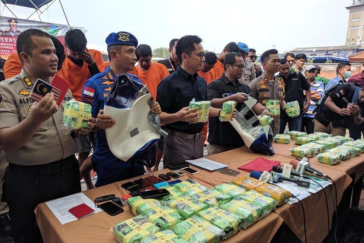 Wakil Direktur IV Bareskrim Polri, Kombes Pol Krisno Siregar memberi keterangan terkait penangkapan warga negara Malaysia yang susupkan narkoba menggunakan kapal pesiar