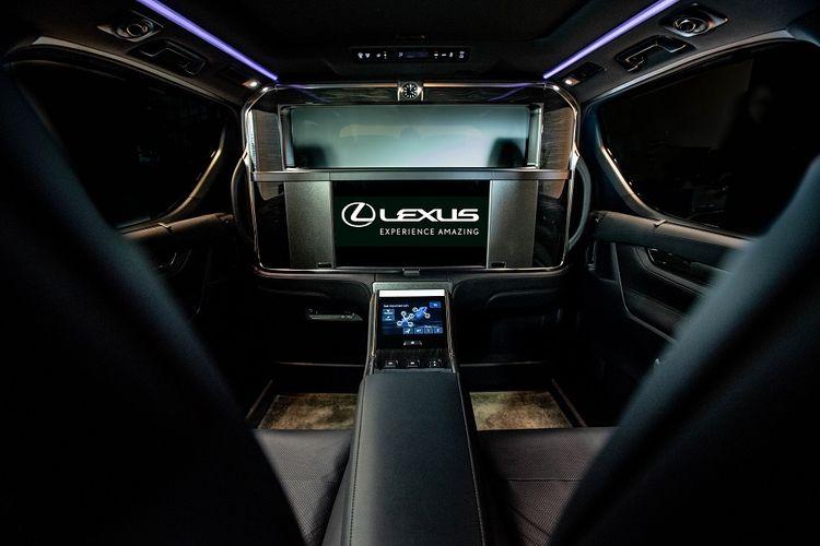 Interior Lexus LM 350.