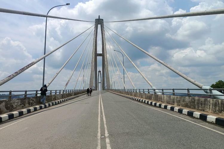 Jembatan Mahkota II di Samarinda yang ditutup Pemkot Samarinda karena fondasi tiang jembatan bergeser akibat longsor, Senin (25/4/2021).
