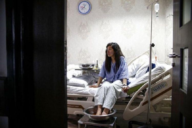 Pendaki Gunung Everest asal India Ameesha Chauhan bersandar di tempat tidurnya saat dia mencelupkan kakinya yang beku ke dalam air hangat di sebuah rumah sakit di Kathmandu, Nepal, Senin (27/5/2019). (AFP/GOPEN RAI)