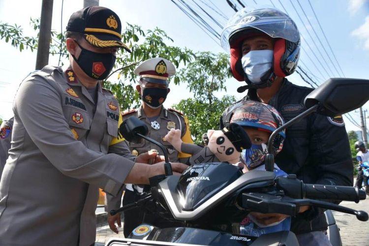 Kapolres Trenggalek Jawa Timur, memberi boneka kepada pengguna jalan yang tertib gunakan masker (30/10/2020).