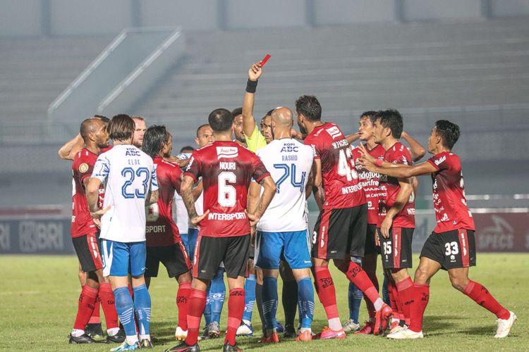 Wasit memberikan kartu merah kepada bek Bali United Leonard Tupamahu pada laga lanjutan Liga 1 2021-2022 kontra Persib Bandung di Indomilk Arena, Tangerang, pada Sabtu (18/9/2021) malam WIB.