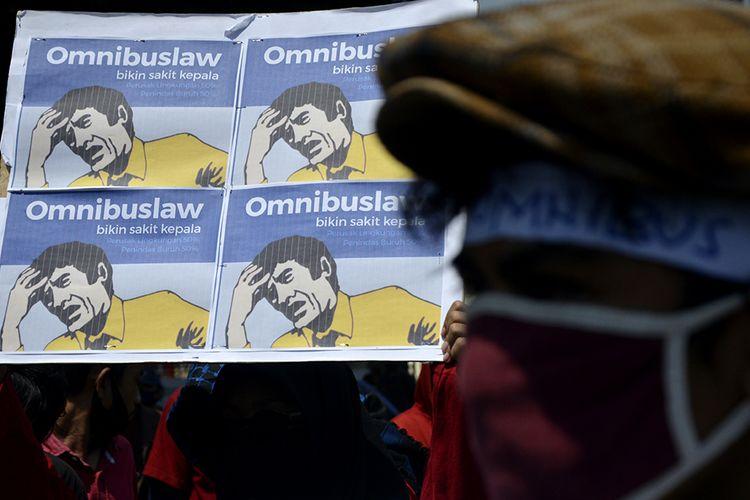 Sejumlah buruh dan mahasiswa yang tergabung dalam Front Perjuangan Rakyat (FPR) berunjuk rasa,  di depan kantor DPRD Sulsel, Makassar, Sulawesi Selatan, Selasa (6/10/2020). Dalam aksi unjuk rasa tersebut mereka menolak Undang-undang (UU) Omnibus Law Cipta Kerja yang telah disahkan oleh DPR pada Senin (5/10/2020) karena dinilai merugikan para pekerja dan hanya menguntungkan bagi pengusaha.