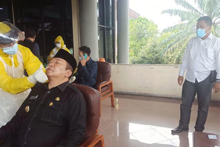 Bupati Jember Hendy Siswanto saat mengikuti tes swab antigen di DPRD Jember