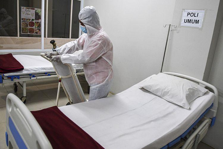 Petugas mendorong tabung oksigen saat menyiapkan ruangan perawatan pada Tower 8 Rumah Sakit Darurat COVID-19 (RSDC) Wisma Atlet Pademangan, Jakarta, Selasa (15/6/2021). Satuan tugas penanganan COVID-19 bersama Pemerintah Provinsi DKI Jakarta akan membuka tower 8 RSDC Wisma Atlet Pademangan dengan menyediakan tempat perawatan bagi pasien terkonfirmasi positif COVID-19 sebanyak 1.569 tempat tidur.