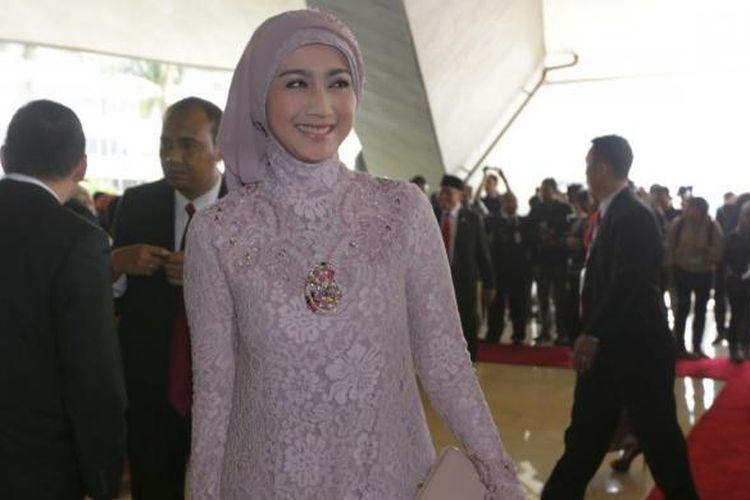 Anggota DPR-RI dari PAN Dessy Ratnasari hadir dalam Sidang Paripurna MPR RI Awal Masa Jabatan Periode 2014-2019 di Gedung MPR/DPR, Senayan, Jakarta, Rabu (1/10/2014). Sebanyak 560 anggota baru Dewan Perwakilan Rakyat (DPR) akan dilantik dalam sidang tersebut.