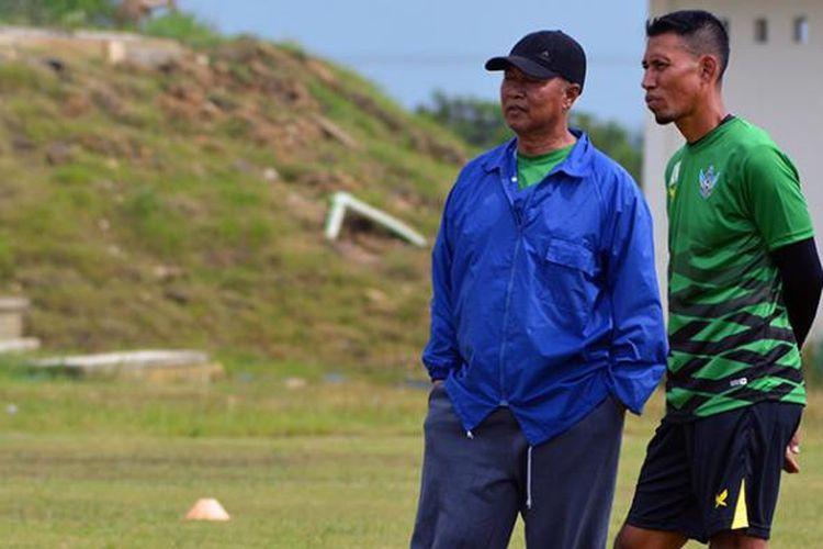 Pelatih kepala Persegres Gresik United Hanafi (kiri), saat berdiskusi dengan pelatih kiper Achmad Nurrosadi dalam sesi latihan tim.
