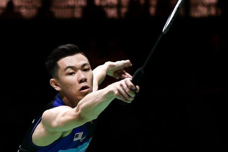 Pebulu tangkis Malaysia, Lee Zii Jia, beraksi pada laga kontra Kento Momota di Kejuaraan Dunia BWF 2019 di Basel, Swiss, pada 23 Agustus 2019.
