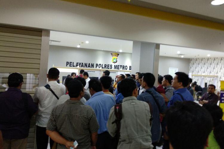 Warga bergerombol di depan loket pelayanan kesehatan untuk perpanjangan SIM di MPP Kota Bekasi, Senin (19/2/2018). Tidak adanya layar petunjuk nomor urut, serta pengeras suara dan ditambah ketidakdisiplinan warga membuat pelayanan nampak semrawut.