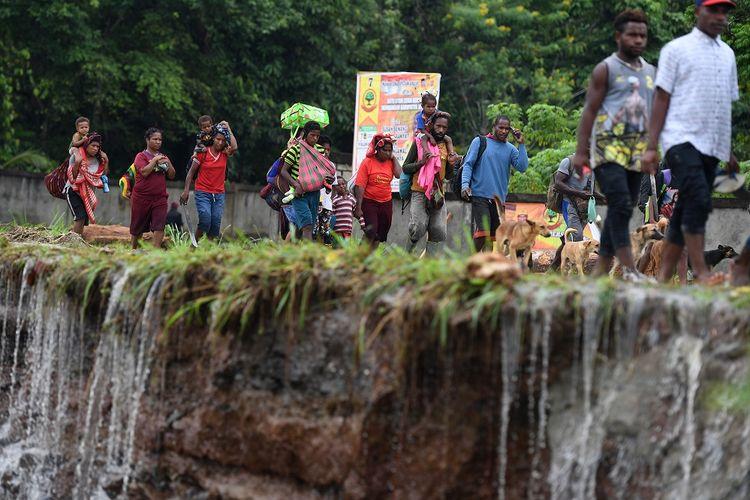 Warga mengungsi akibat banjir bandang di Sentani, Jaya Pura, Papua, Senin (18/3/2019). Akibat banjir bandang yang melanda Sentani sejak Sabtu (16/3) lalu, sedikitnya empat ribu warga mengungsi di sejumlah posko pengungsian. ANTARA FOTO/Zabur Karuru/foc.