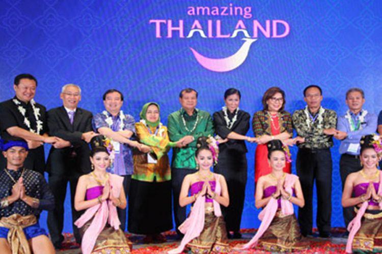 Para perwakilan Kementerian Pariwisata se-ASEAN merayakan 50th anniversary berdirinya organisasi regional tersebut, di Thailand, saat acara ATF 18-20 Januari 2017.