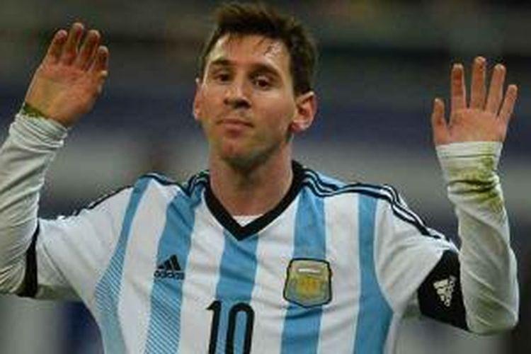 Striker Argentina, Lionel Messi, bereaksi saat timnya bermain imbang 0-0 melawan Romania dalam laga uji coba di Bucharest, Romania, Rabu (5/3/2014).
