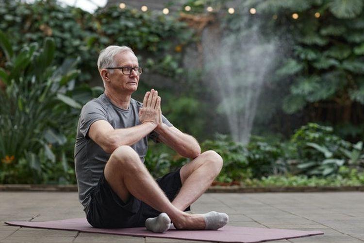 Melakukan olahraga fleksibilitas seperti tai chi, yoga atau Pilates juga dapat membantu kita tetap lentur dan menjaga keseimbangan yang baik bagi pria usia 60 tahun ke atas.