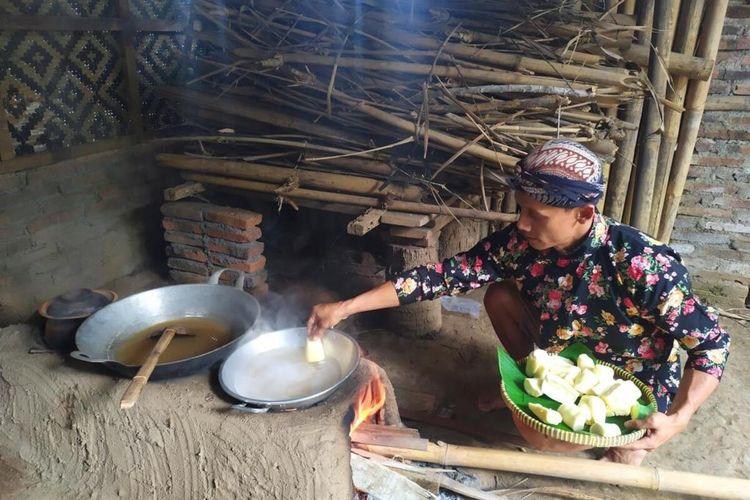 Proses pembuatan Bajingan singkong khas Dusun Sendaren, Desa Karangrejo, Kecamatan Borobudur, Kabupaten Magelang.