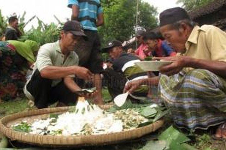 Warga Dusun Pongangan, Desa Ngadirejo, Kecamatan Salaman memaknai hari kemerdekaan dengan santap tumpeng bersama, di sebuah tanah lapang, Sabtu (17/8/2013).
